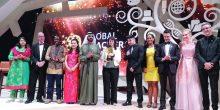 محمد بن راشد يكرم الفائزة بجائزة المعلم العالمية