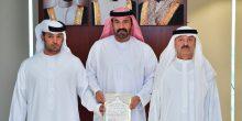 دفاع مدني دبي يكرم مواطنا أنقذ 18 بحارا احترقت باخرتهم