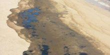 بالفيديو | انحسار أثار الرواسب النفطية في العقة