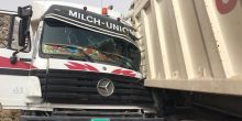 إنقاذ سائقي شاحنتين حشرا داخلهما إثر تعرضهما لتصادم مباشر